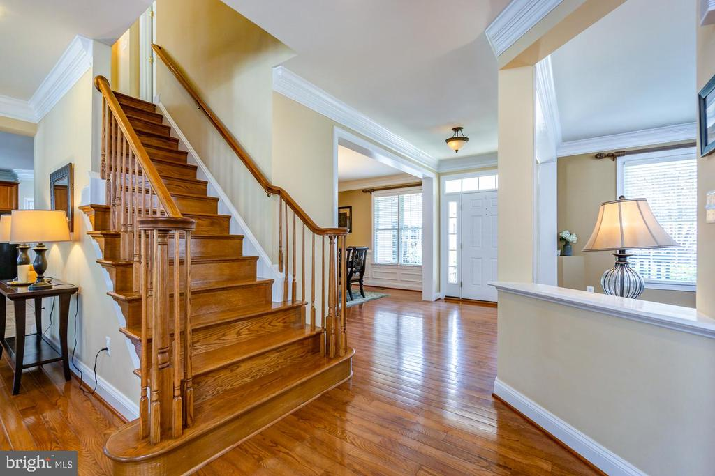 Solid oak stairs lead to upper level - 43604 HABITAT CIR, LEESBURG
