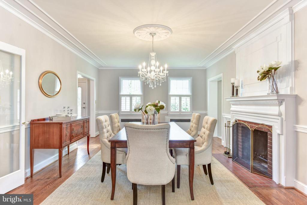 Spacious dining room for entertaining - 2500 24TH ST N, ARLINGTON