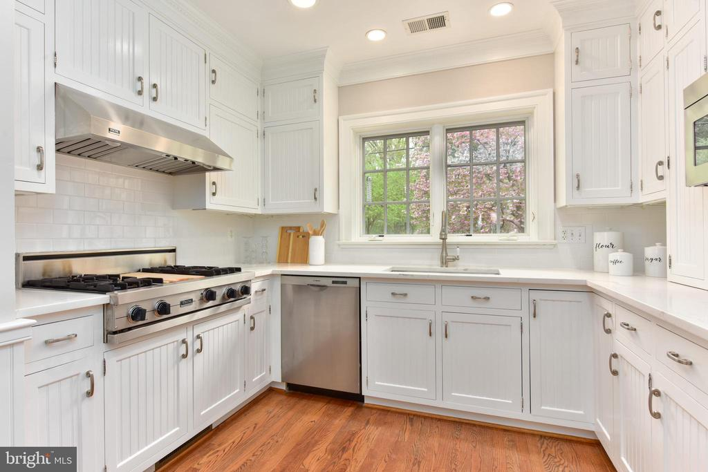 Gourmet kitchen with Quartz counter tops - 2500 24TH ST N, ARLINGTON