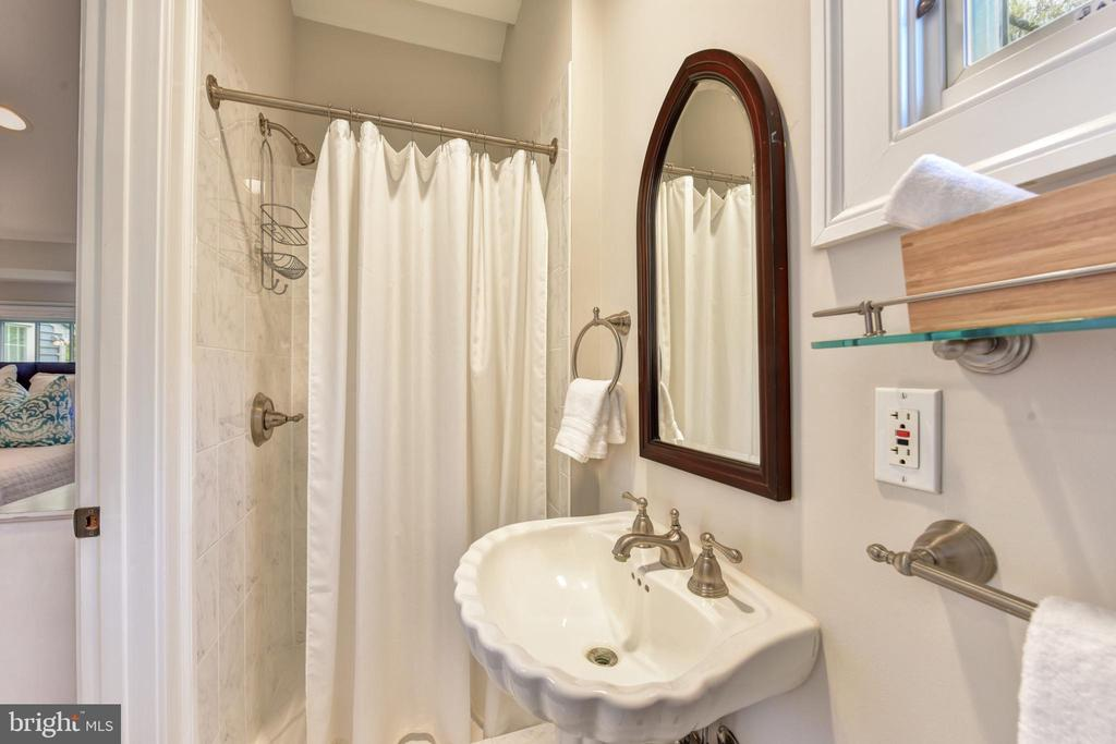 Guest suite full bath - 2500 24TH ST N, ARLINGTON