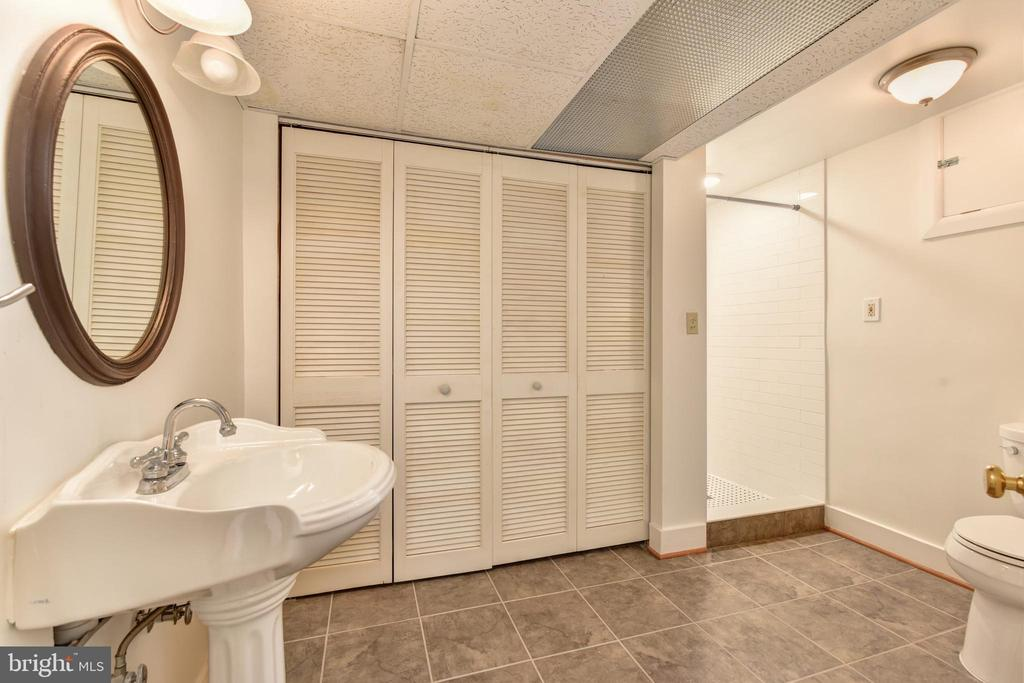 Lower level full bath - 2500 24TH ST N, ARLINGTON