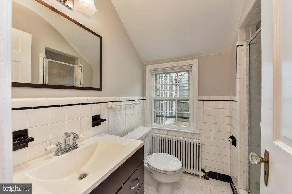 Full bath attached to third upper level bedroom - 2500 24TH ST N, ARLINGTON