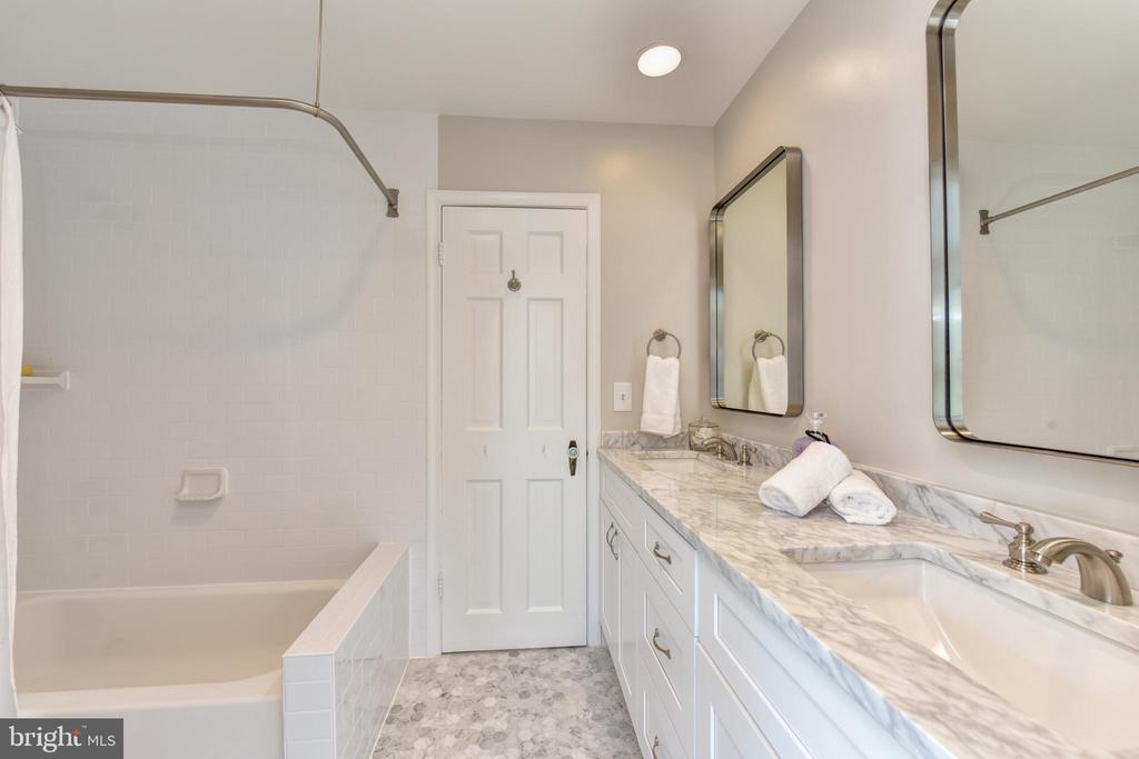 Upper level hall full bath  with marble - 2500 24TH ST N, ARLINGTON