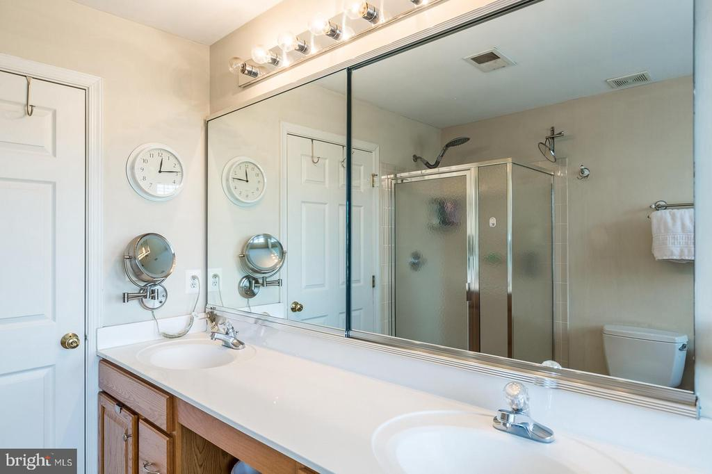 MASTER BATH WITH DUAL SINKS. - 25657 TREMAINE TER, CHANTILLY