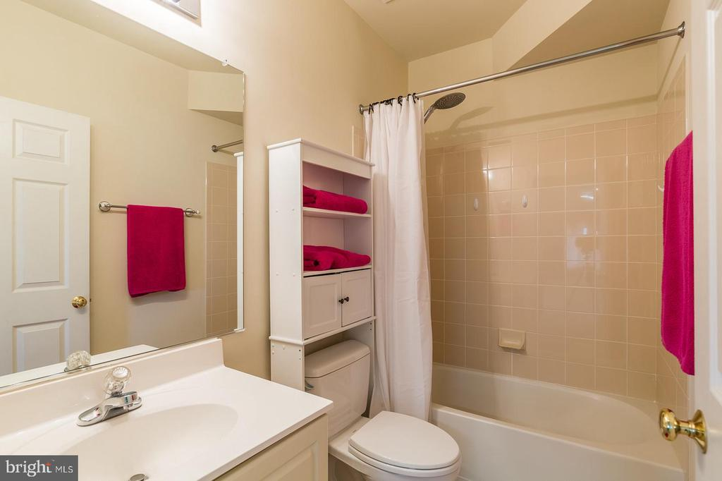 FULL LOWER LEVEL BATH - 25657 TREMAINE TER, CHANTILLY