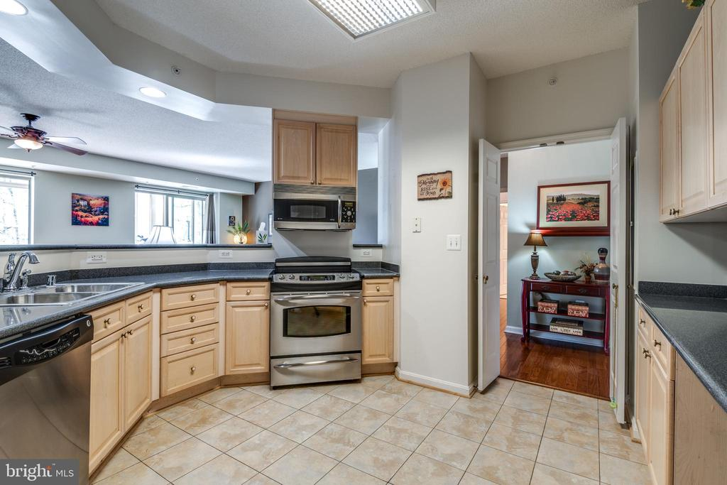 kitchen w/ open viewing to living room and dining - 19355 CYPRESS RIDGE TER #120, LEESBURG