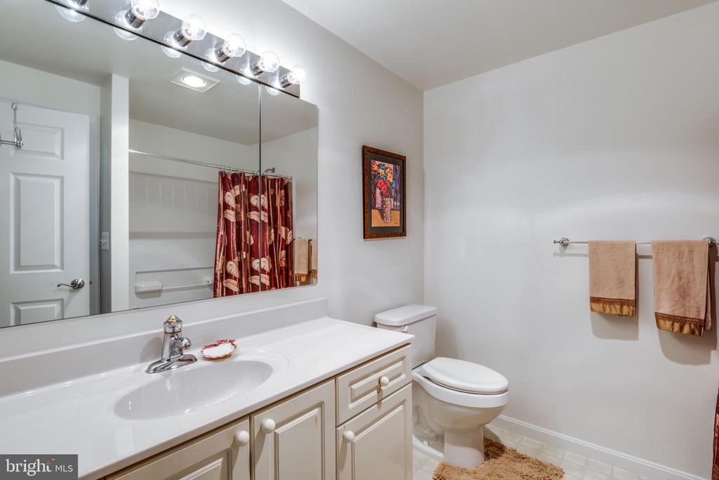 full bathroom - 19355 CYPRESS RIDGE TER #120, LEESBURG