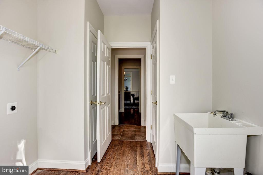 Laundry/Mud Room on main level - 1211 RESTON AVE, HERNDON