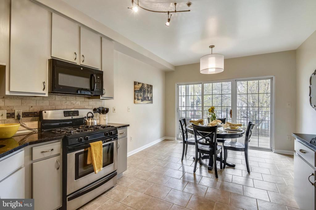 Bright and roomy kitchen . - 1577 LEEDS CASTLE DR #101, VIENNA