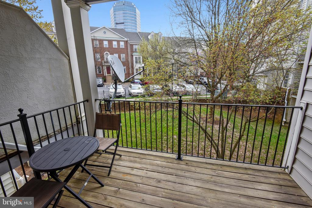 Covered balcony expands your living space - 1577 LEEDS CASTLE DR #101, VIENNA