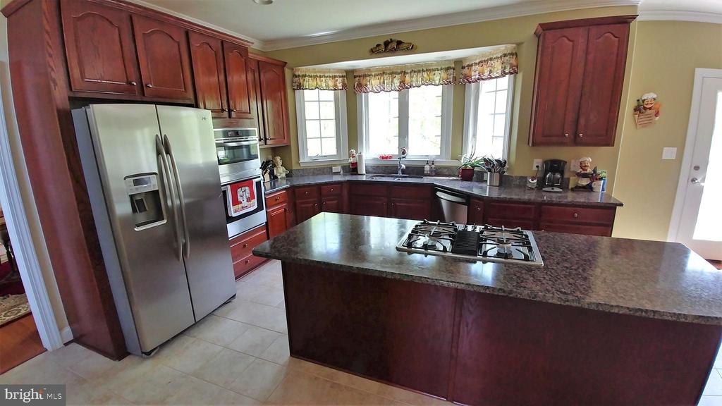 Cooks kitchen with gas cook top - 53 SENTRY CT, STAFFORD
