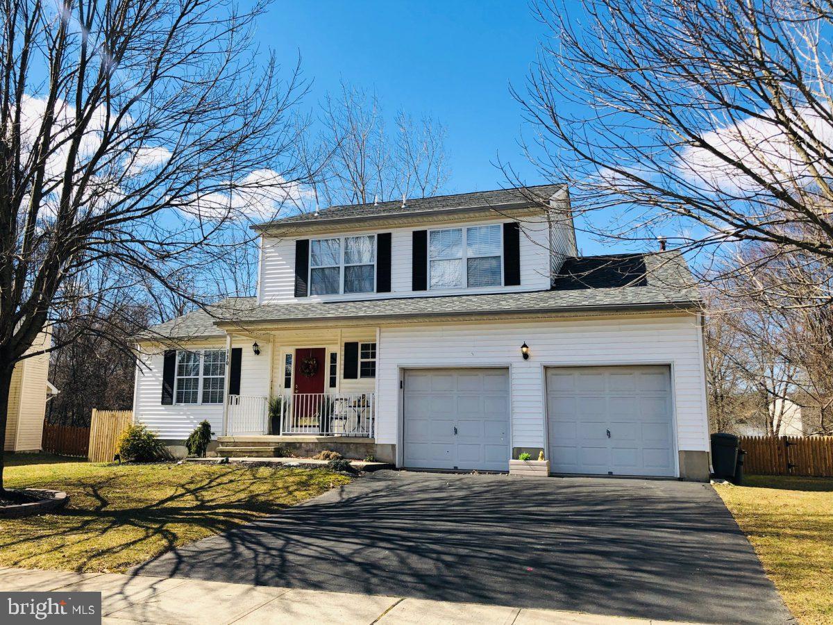 Maison unifamiliale pour l Vente à 130 HONEYSUCKLE Drive Ewing, New Jersey 08638 États-UnisDans/Autour: Ewing Township