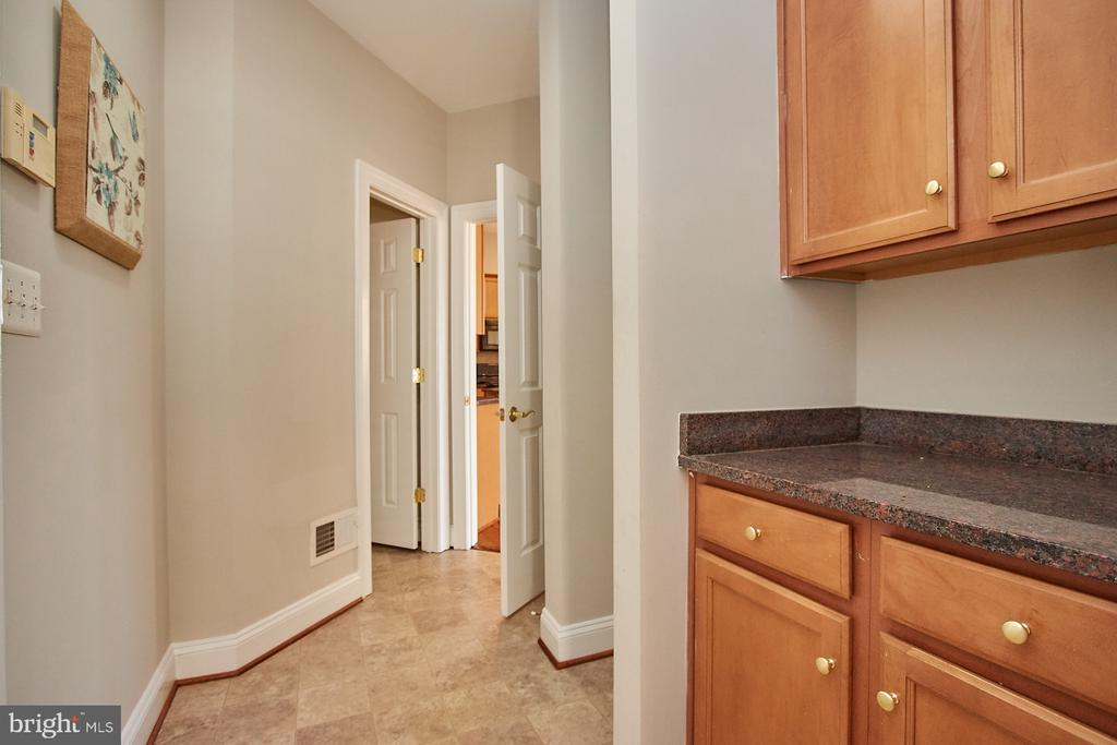More storage in laundry area - 9742 KINLOSS MEWS, BRISTOW