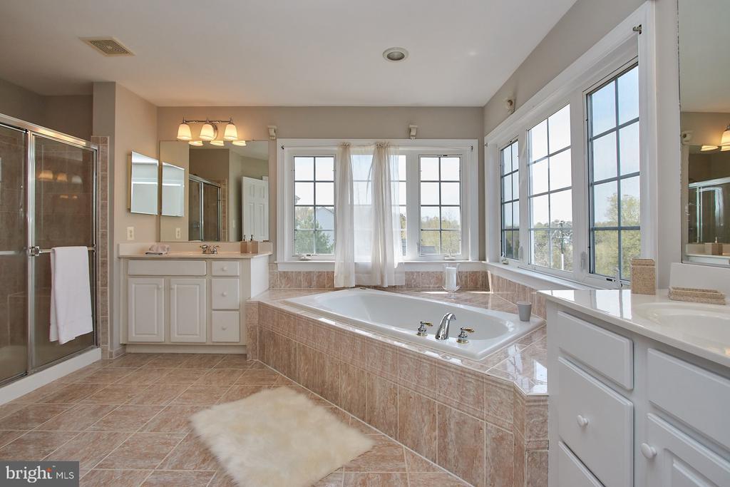 Double Vanities/large soaking tub - 9742 KINLOSS MEWS, BRISTOW