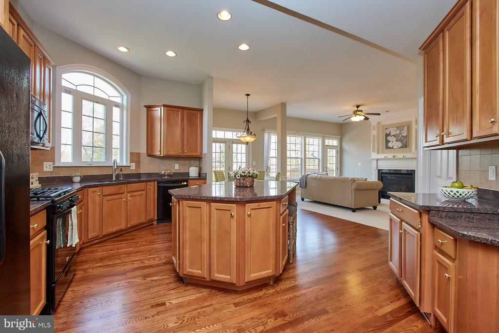 Center island provides lots of storage - 9742 KINLOSS MEWS, BRISTOW
