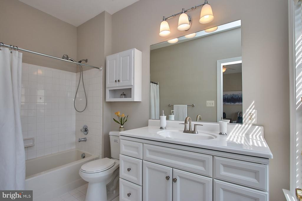 New Vanity and lighting - 9742 KINLOSS MEWS, BRISTOW