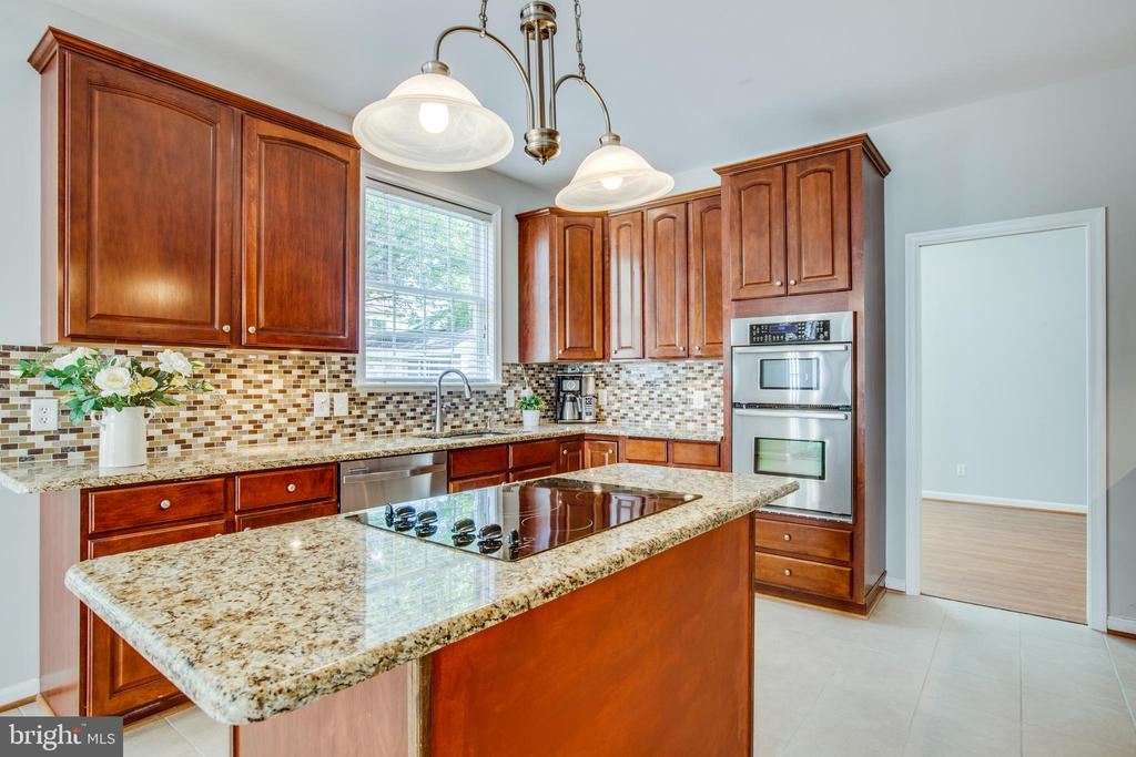 Stainless steel appliances, tile backsplash - 79 NORTHAMPTON BLVD, STAFFORD