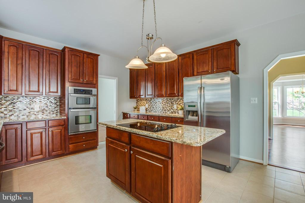 Big, bright, open eat-in kitchen - 79 NORTHAMPTON BLVD, STAFFORD