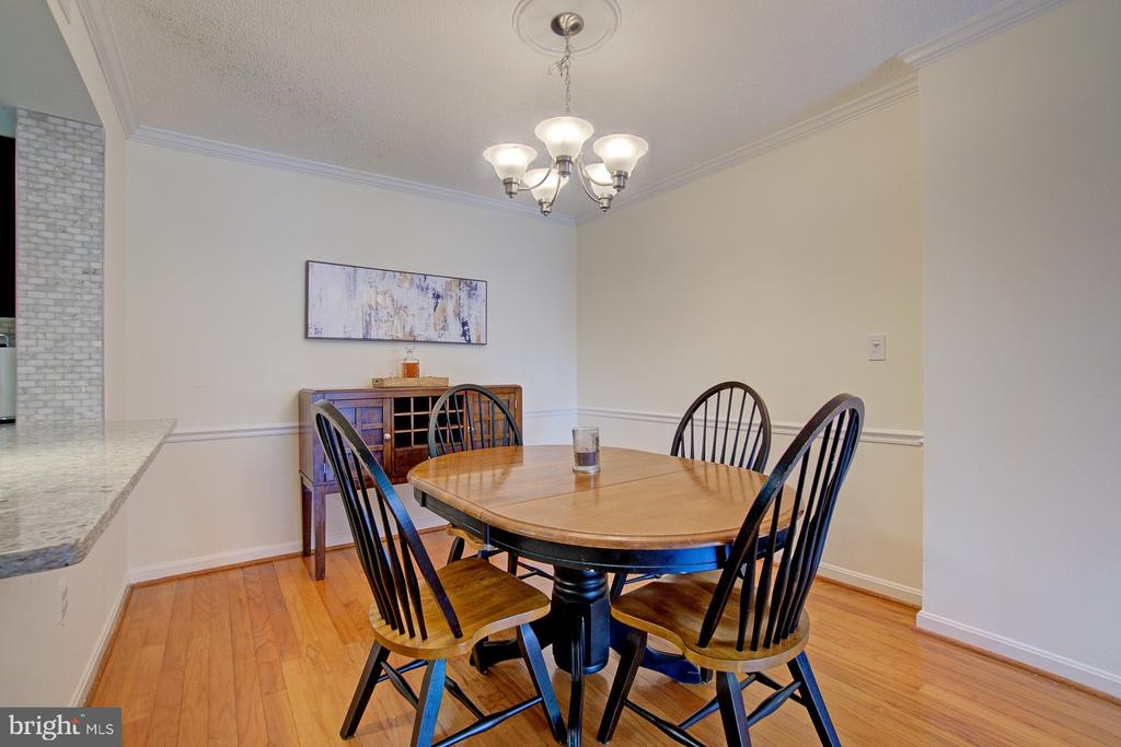 Ample seating space for everyone. - 2181 JAMIESON AVE #607, ALEXANDRIA