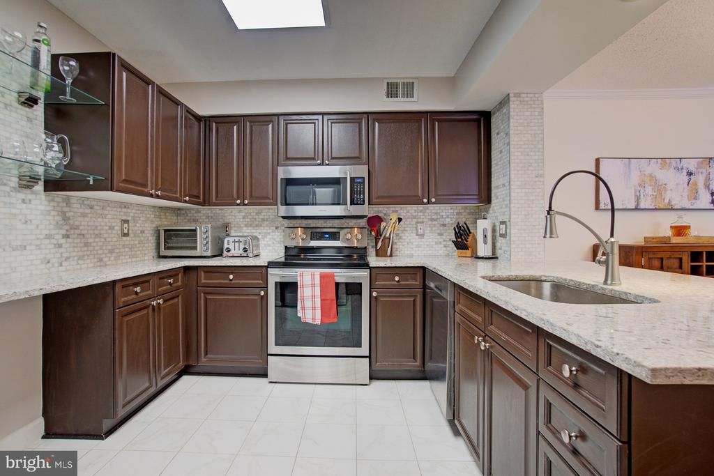 Newer appliances and beautiful colors - 2181 JAMIESON AVE #607, ALEXANDRIA