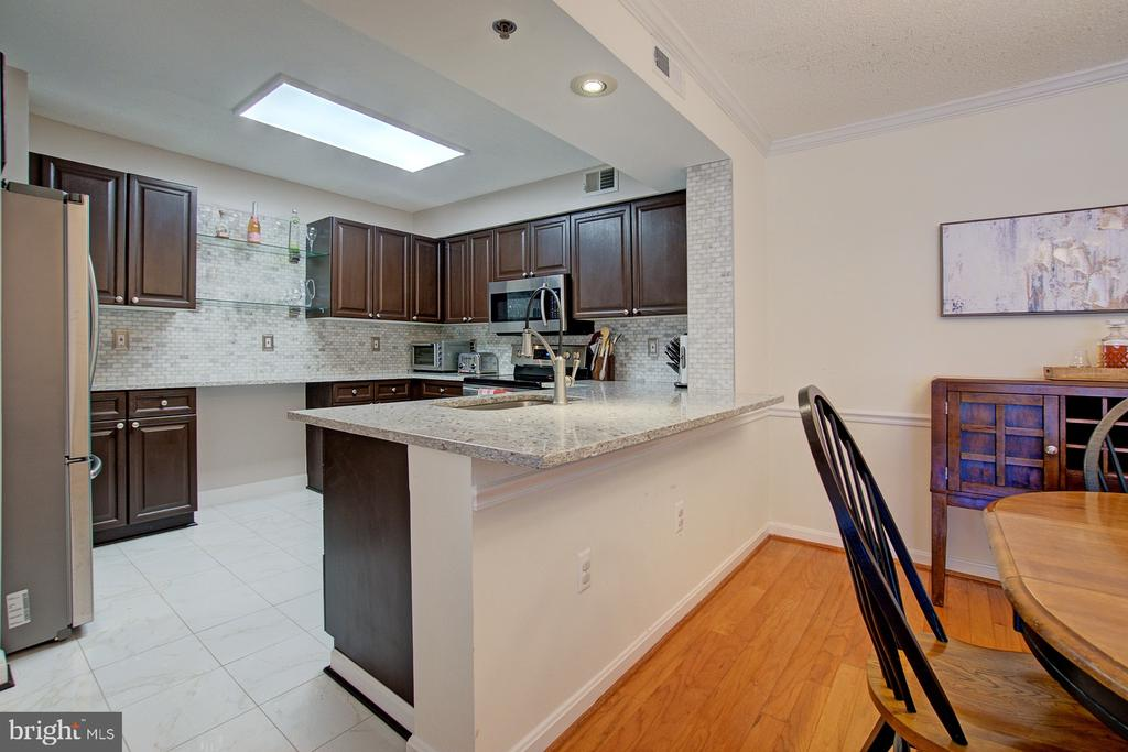Huge kitchen space with ample storage - 2181 JAMIESON AVE #607, ALEXANDRIA
