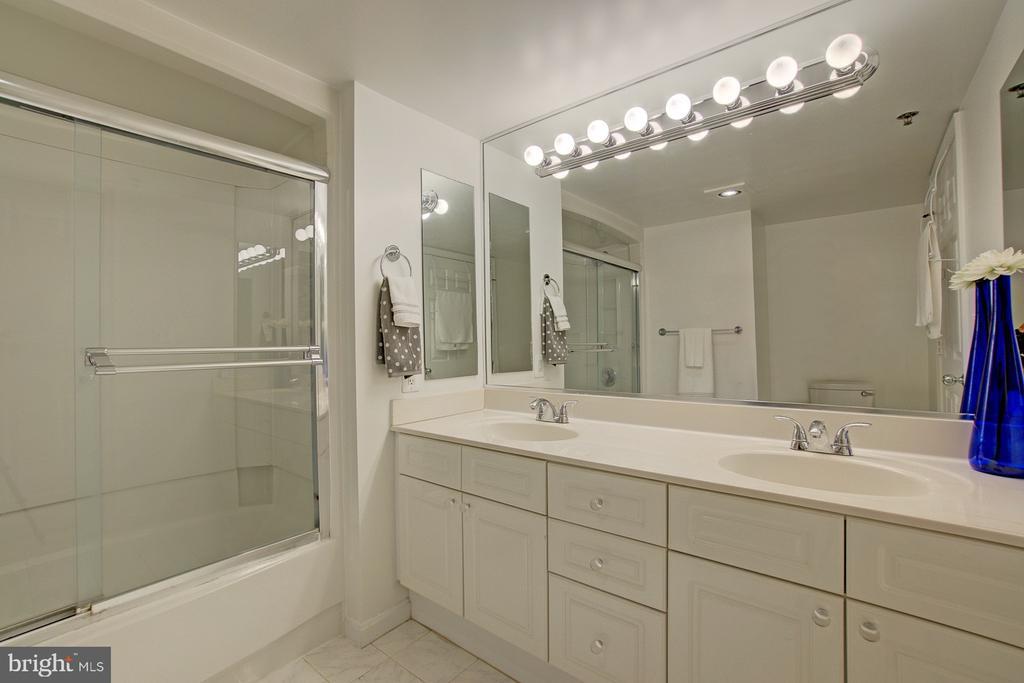 Large master bath has two sinks, tub & shower - 2181 JAMIESON AVE #607, ALEXANDRIA