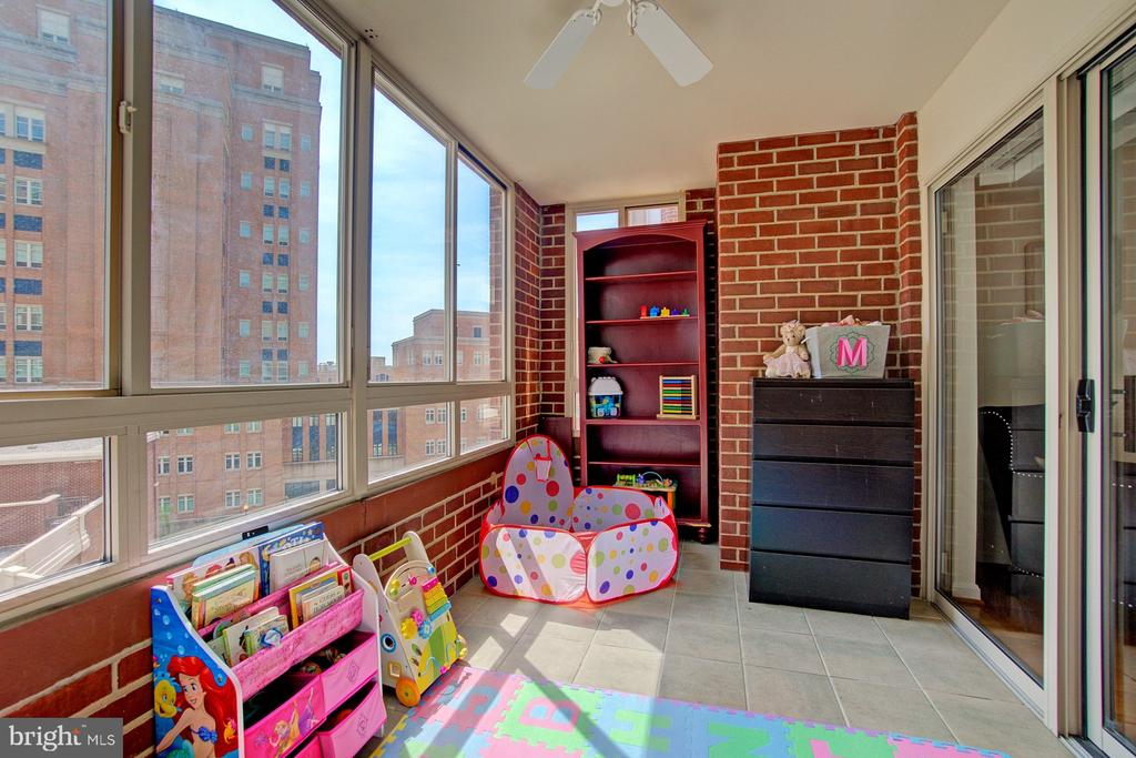 Surrounded by windows...make this space your own. - 2181 JAMIESON AVE #607, ALEXANDRIA
