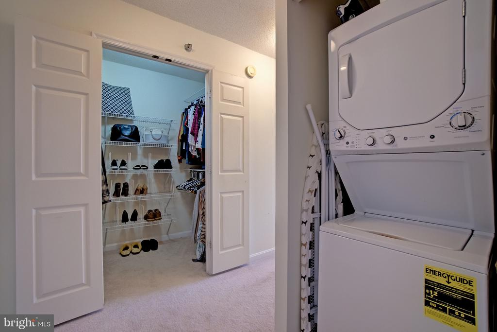 Walk in closet and in-unit washer and dryer - 2181 JAMIESON AVE #607, ALEXANDRIA