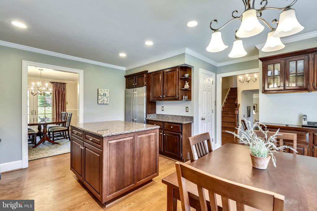 Renovated Kitchen with Granite Countertops. - 3140 TRENHOLM DR, OAKTON