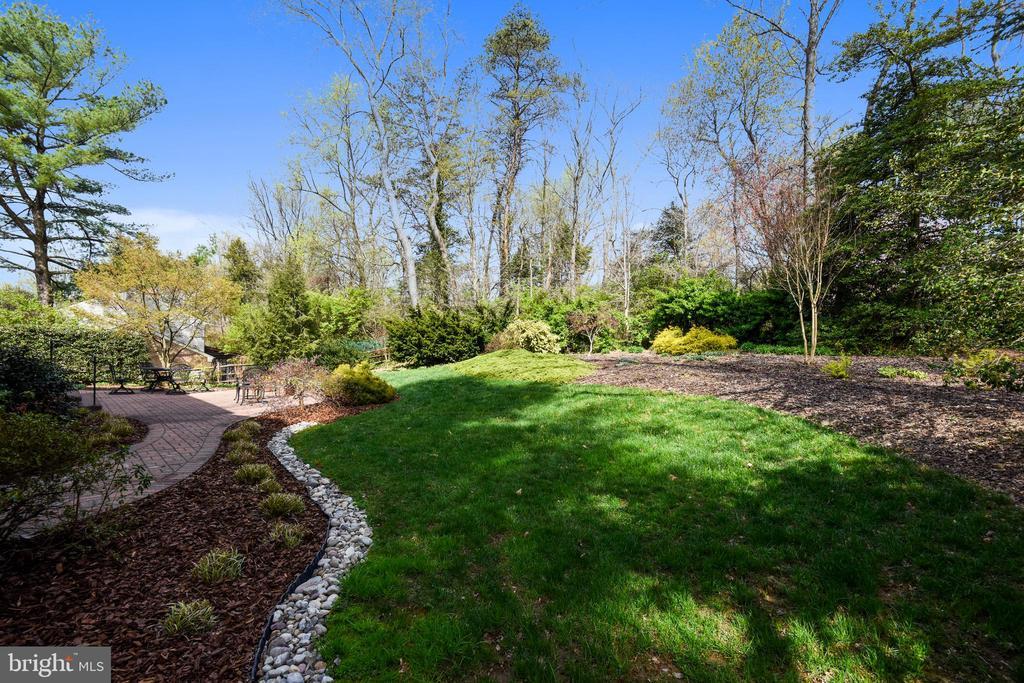 Serene Yard with Perennial Gardens. - 3140 TRENHOLM DR, OAKTON