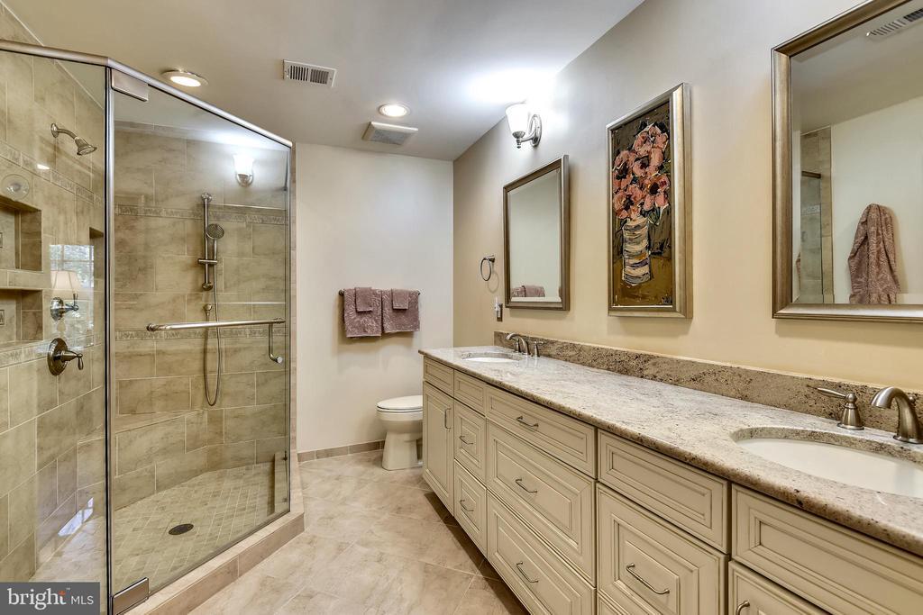 Stylish Renovated Master Bath. - 3140 TRENHOLM DR, OAKTON