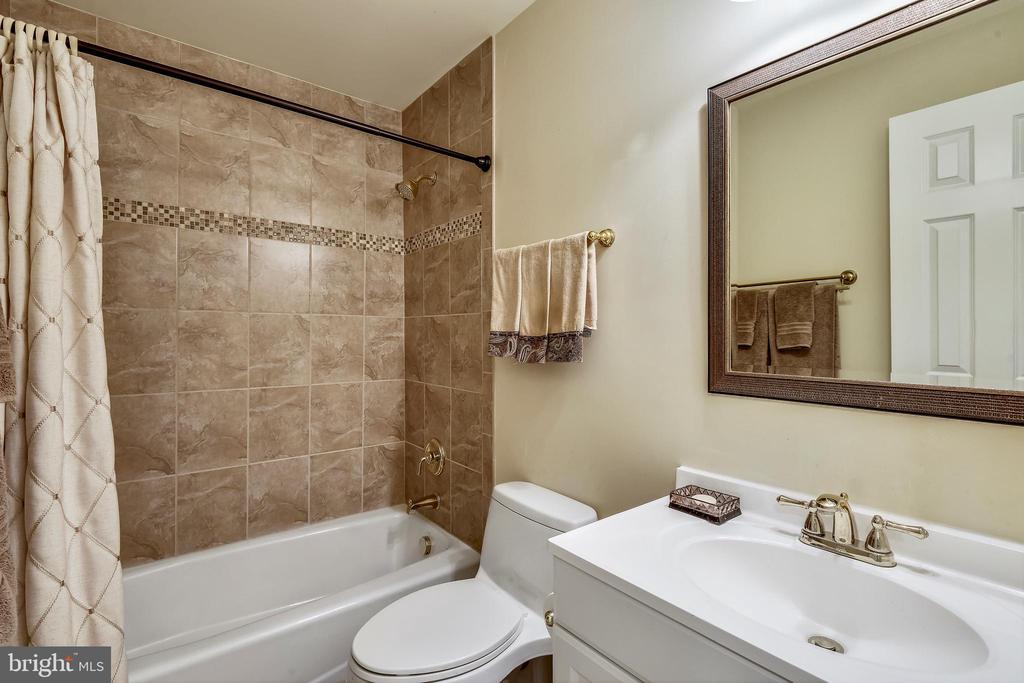 Handsome Renovated Hall Bath. - 3140 TRENHOLM DR, OAKTON