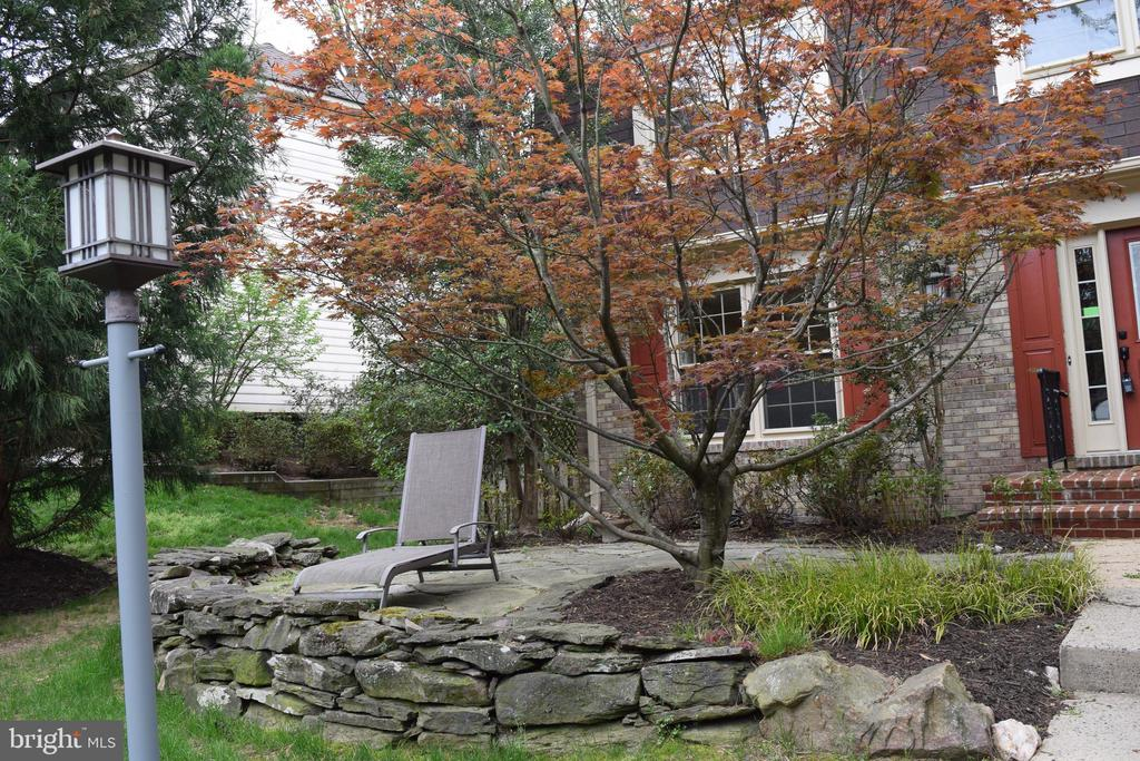 Charming Front Patio - 8911 GLADE HILL RD, FAIRFAX