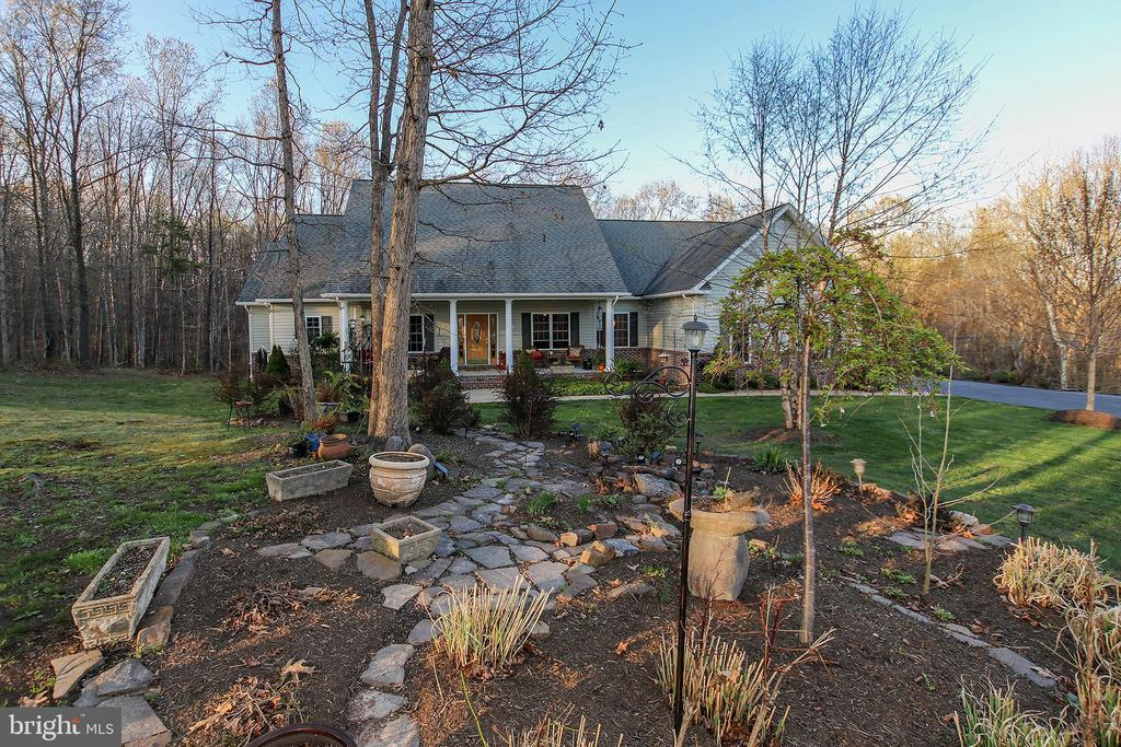 Restful setting with lovely landscaping - 800 CATTAIL RD, WINCHESTER