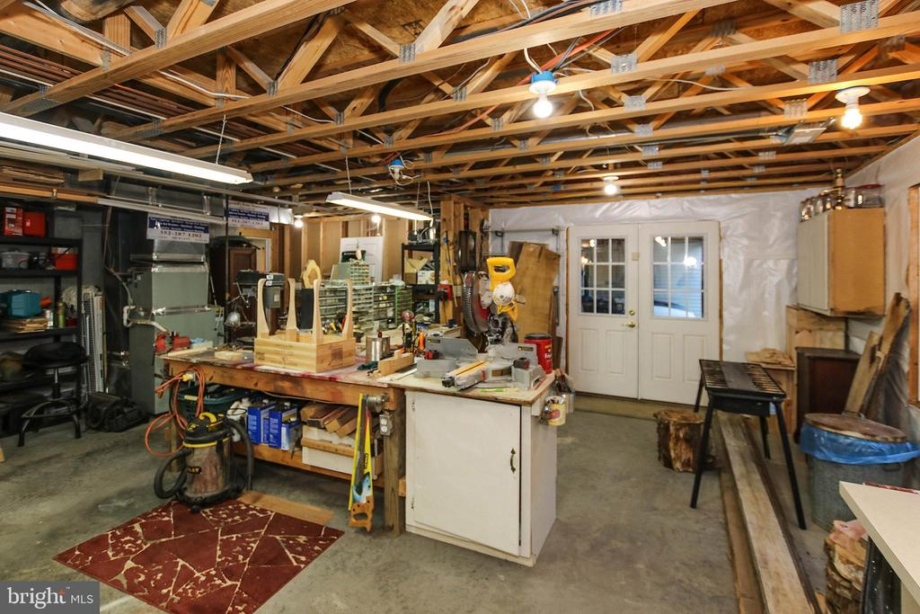 Fabulous workshop equipped with 220 outlets - 800 CATTAIL RD, WINCHESTER