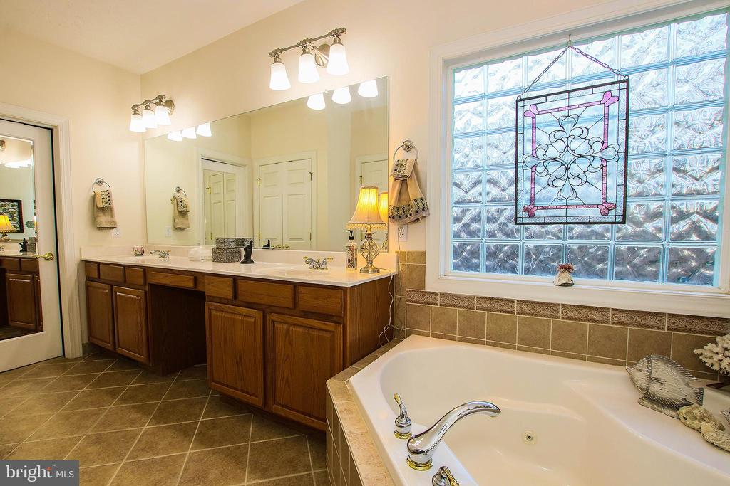 Luxurious tiled bath with jetted soaking tub - 800 CATTAIL RD, WINCHESTER
