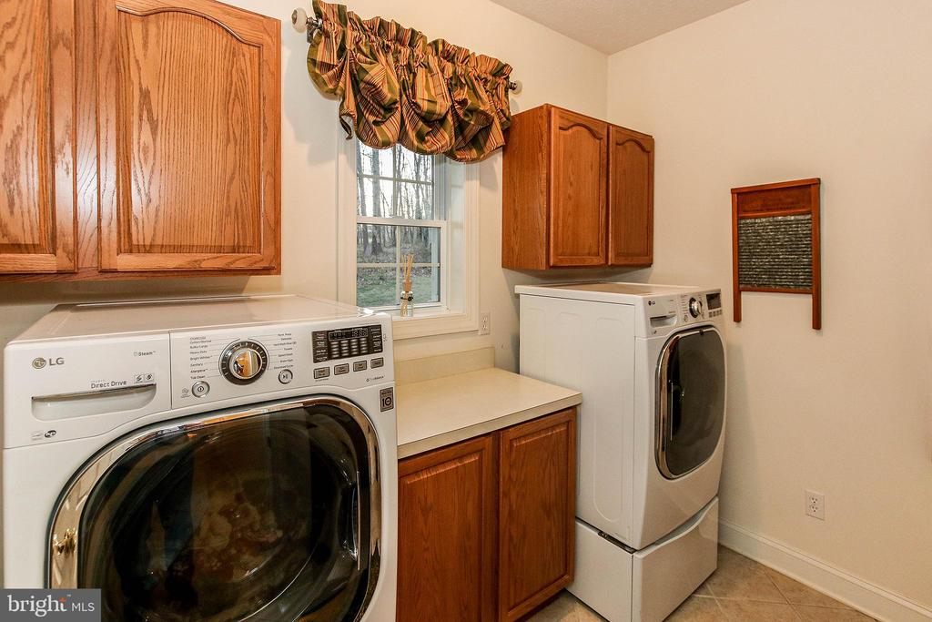 Roomy laundry area with utility sink - 800 CATTAIL RD, WINCHESTER