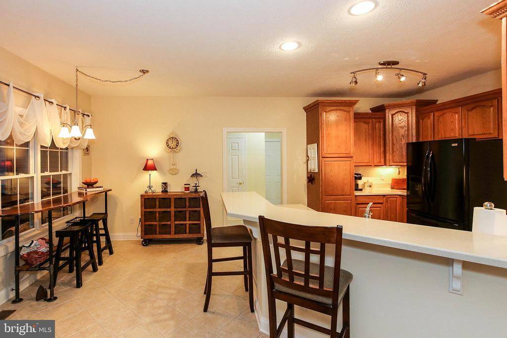 Large breakfast bar - 800 CATTAIL RD, WINCHESTER
