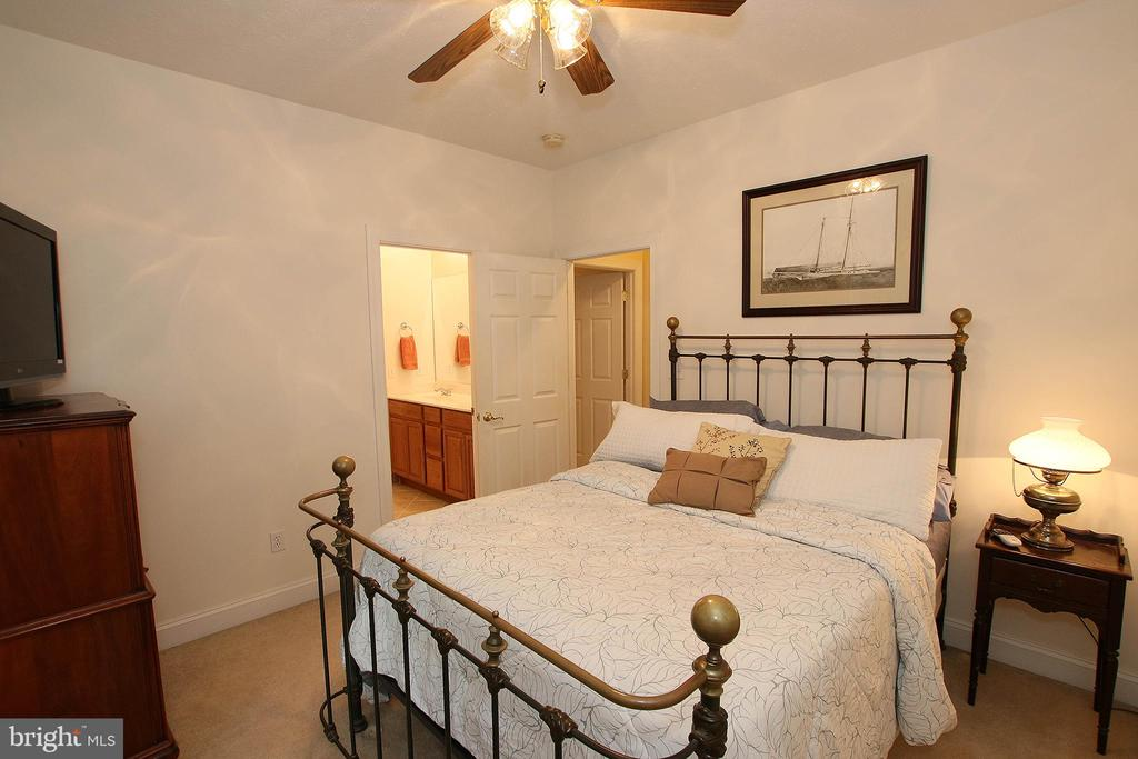 Charming guest bedroom - 800 CATTAIL RD, WINCHESTER