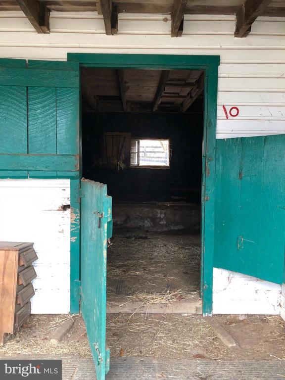 Stall doors - 36042 JOHN MOSBY HWY, MIDDLEBURG