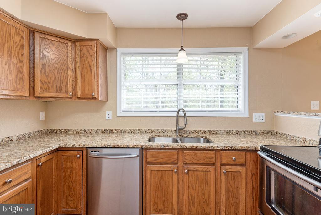 Bright kitchen - 13 HARRY CT, STAFFORD