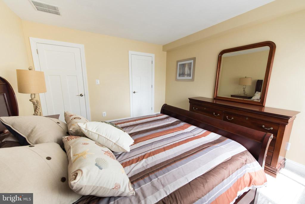 Welcome guests to this nicely sized 2nd bedroom - 11114 HARBOR CT, RESTON