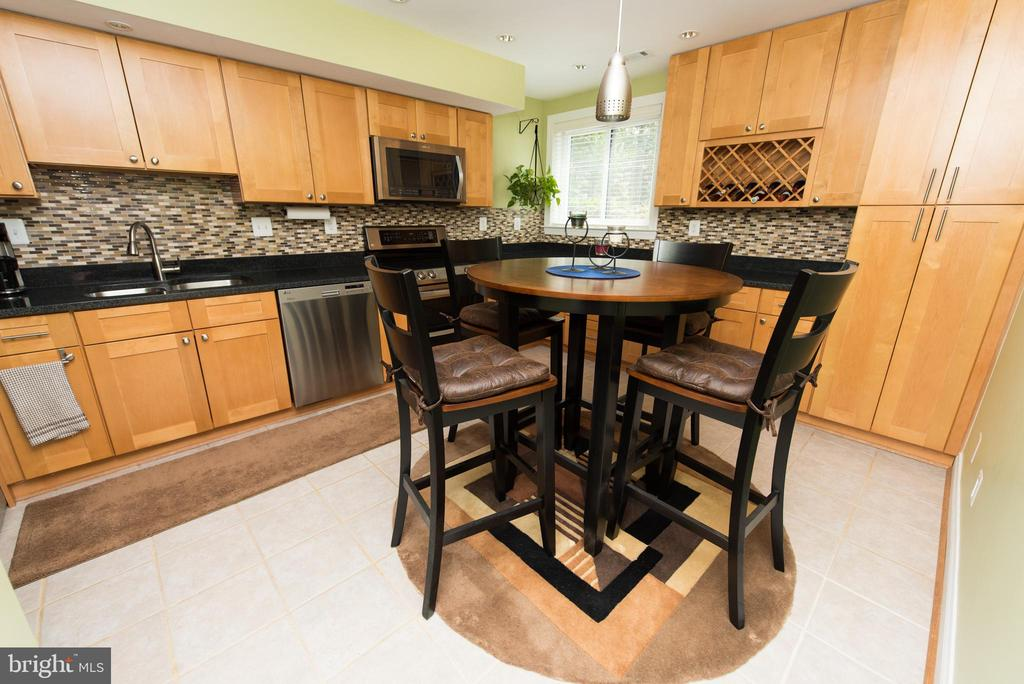 Great space for cooking and socializing - 11114 HARBOR CT, RESTON
