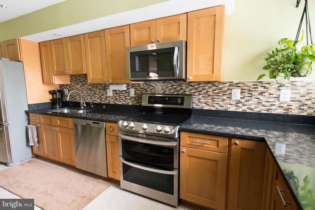 Stunning granite countertops and tile backsplash - 11114 HARBOR CT, RESTON