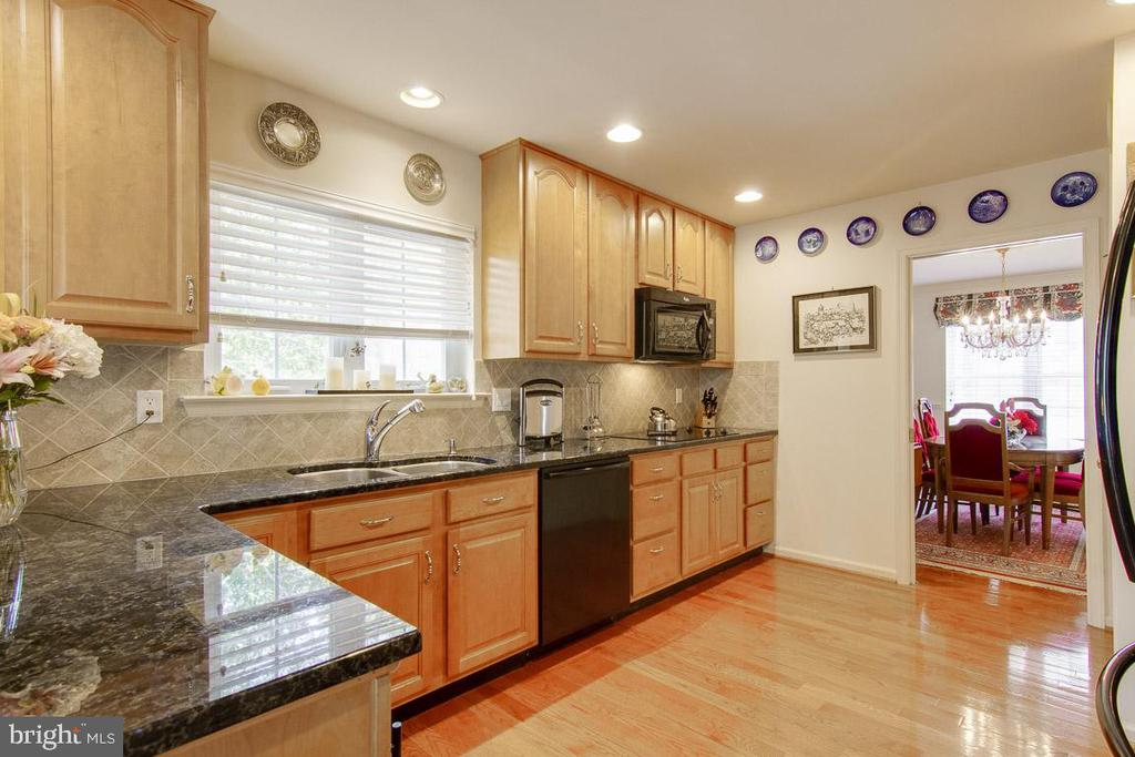 Granite counter tops & wood floored Kitchen - 3413 LAKEVIEW PKWY, LOCUST GROVE
