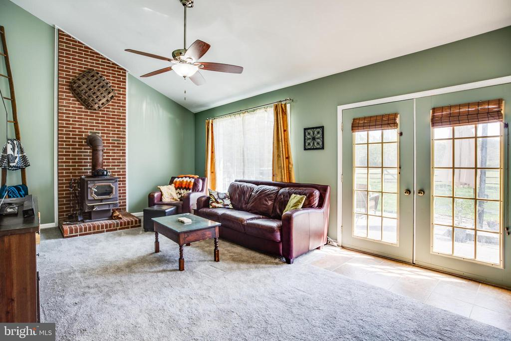 Light filled Family room - 12 ADLER LN, FREDERICKSBURG