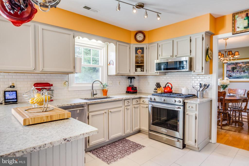 Light filled kitchen - 12 ADLER LN, FREDERICKSBURG