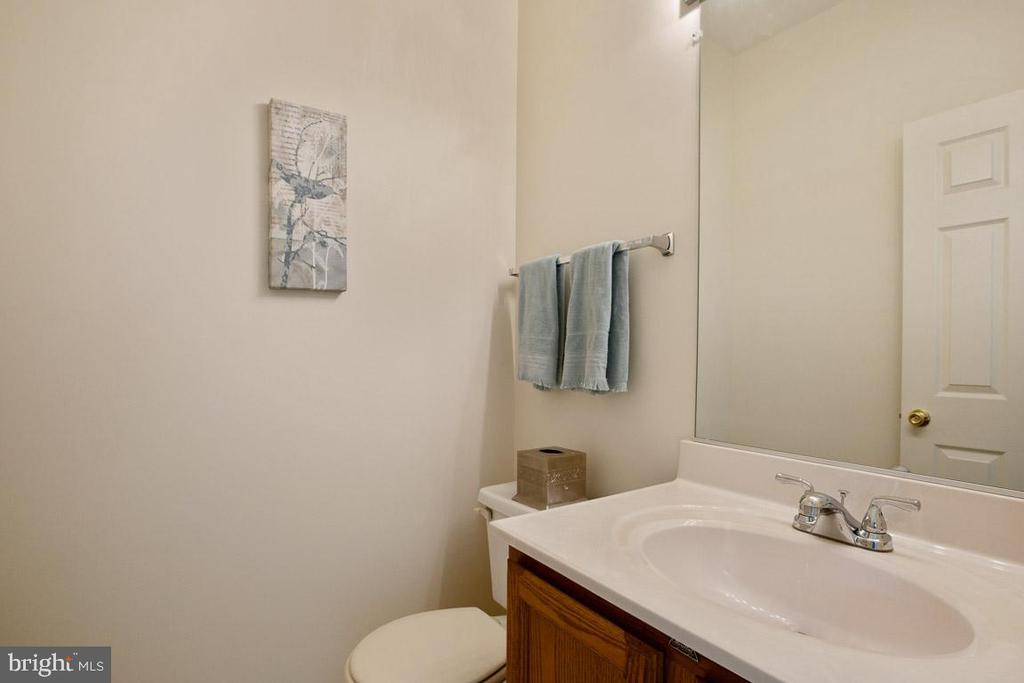 powder room off the living room - 13102 KIDWELL FIELD RD, HERNDON