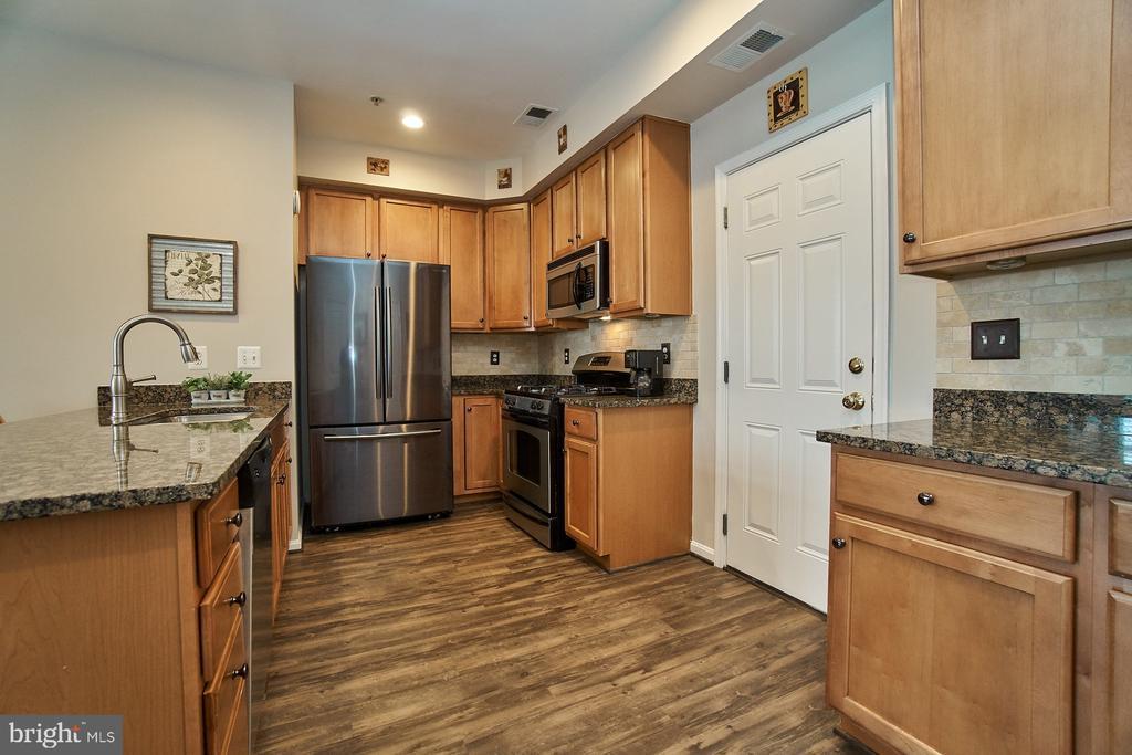 Garage access into kitchen - 7953 CRESCENT PARK DR #153, GAINESVILLE