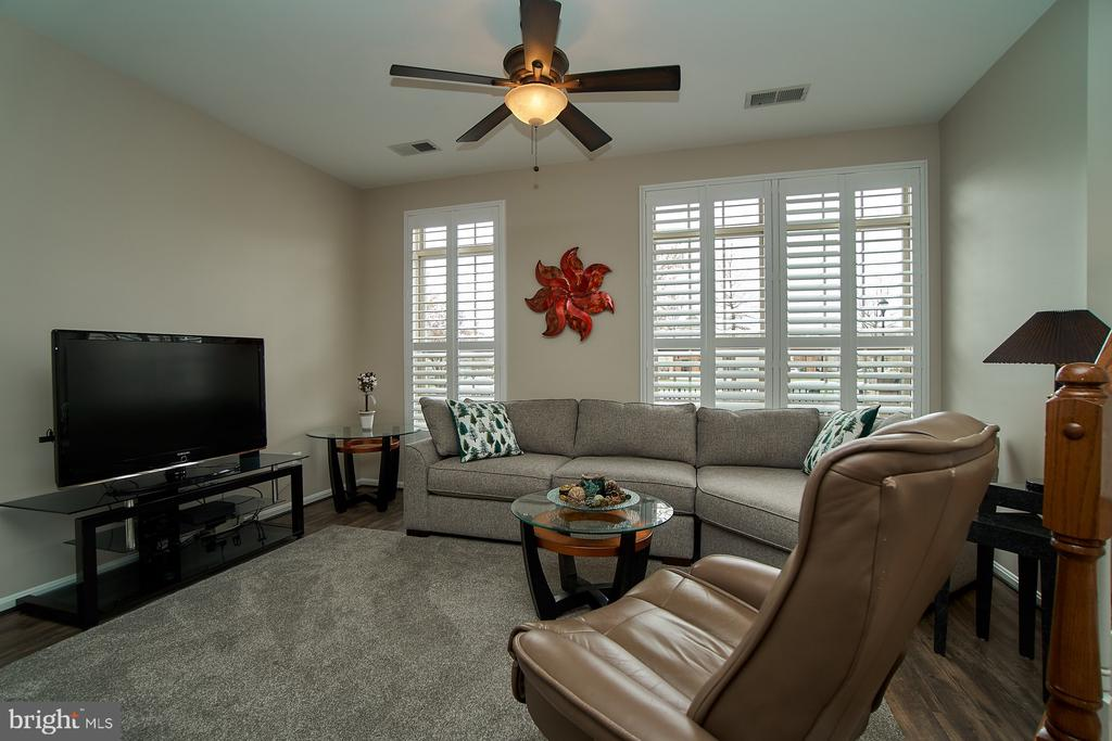 Living Room with ceiling fan - 7953 CRESCENT PARK DR #153, GAINESVILLE